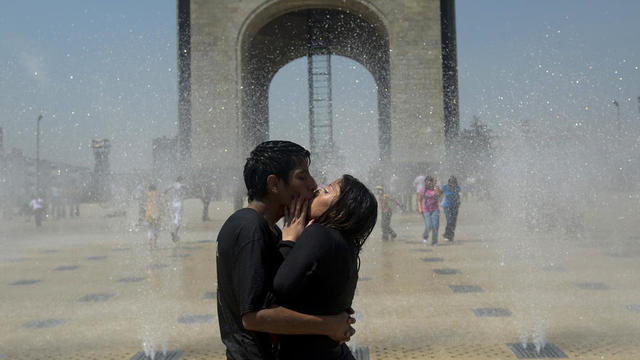 Un couple s'embrasse au milieu d'une fontaine à Mexico, le 8 mars 2012 (photo d'illustration).