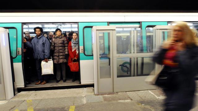 Des usagers dans le métro parisien.