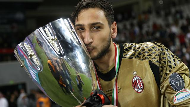 7838b6ab3d66 Le gardien de but du Milan AC Gianluigi Donnarumma embrasse la coupe.[KARIM  JAAFAR / AFP]