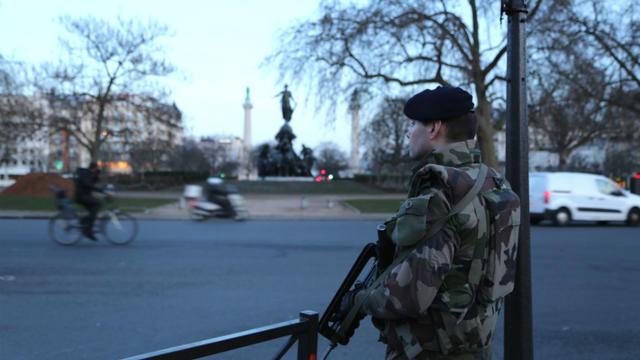 Un militaire en patrouille sur la place de la Nation, à Paris, le 14 janvier.
