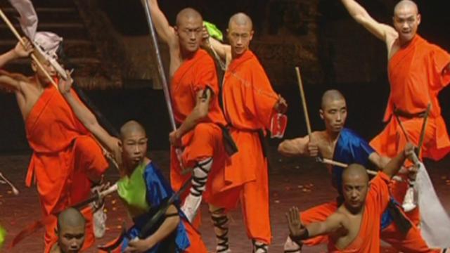 Combat à la canne en tenue traditionnelle de Shaolin