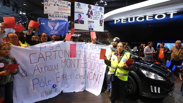 Les employés de PSA d'Aulnay manifestent devant le stand de Citroën, au mondial de l'Automobile, le 29 septembre 2012.