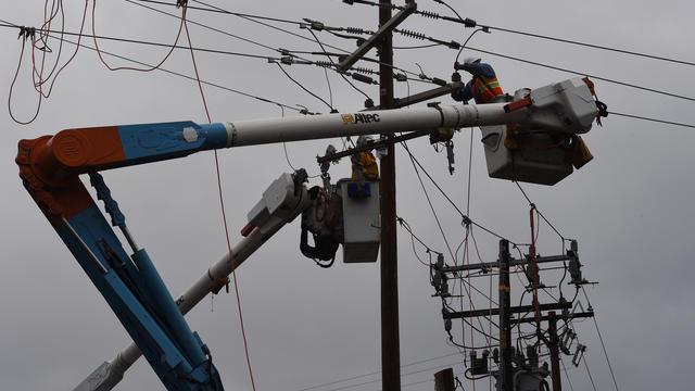 Les monteurs de lignes qui travaillent sur les installations électriques peuvent être des filles.