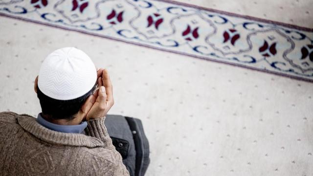 Un musulman priant dans une mosquée à Berlin.