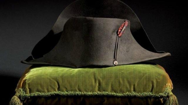 Le bicorne de Napoléon vendu dimanche a conservé sa coiffe intérieure.