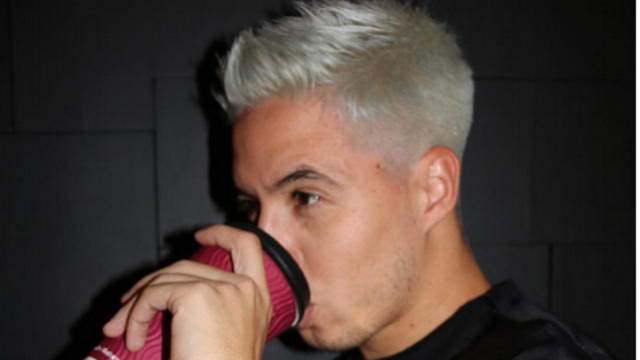 """Samir Nasri a décidé de se teinter les cheveux avec une couleur """"argentée""""."""