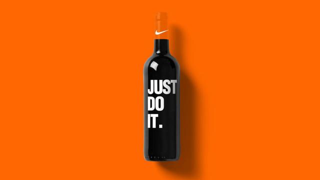 Au total, l'artiste a détourné 99 logos sur des bouteilles imaginaires.