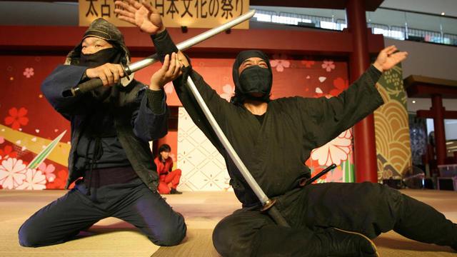 Deux ninjas font une démonstration de leur art de combat, lors du festival annuel des ninjas à Iga, en 2007.