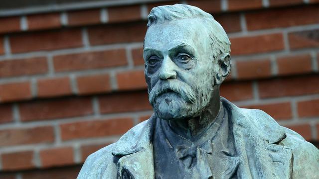 Une statue d'Alfred Nobel.