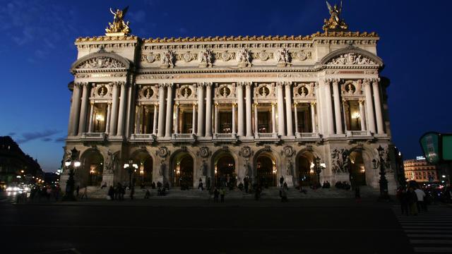 (Photo d'illustration) Façade illuminée de l'Opéra Garnier, le 08 novembre 2005, à Paris.
