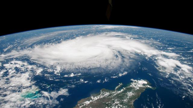 En météorologie, les scientifiques classent les ouragans sur une échelle de 1 à 5 sur l'échelle dite de Saffir-Simpson, permettant de décrire l'intensité des tempêtes.