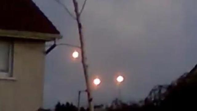 Ces trois lumières dans le ciel irlandais sont-elles émises par des OVNI ?
