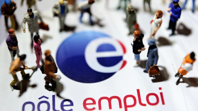 Des figurines posées sur le logo de Pôle emploi