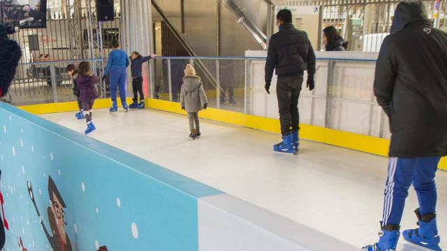 Une patinoire est notamment installée sous le métro aérien à la station Glacière (13e).