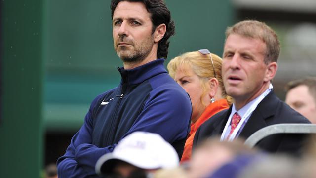 Wimbledon (Royaume-Uni), le 28 juin 2013. L'entraîneur Français Patrick Mouratoglou (g) en train de regarder le joueur Jérémy Chardy (France) affrontant l'Allemand Jan-Lennard Struff. [AFP PHOTO / GLYN KIRK]