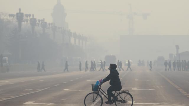 À Pékin, les taux de pollution peuvent atteindre 8 fois les niveaux maximums recommandés.