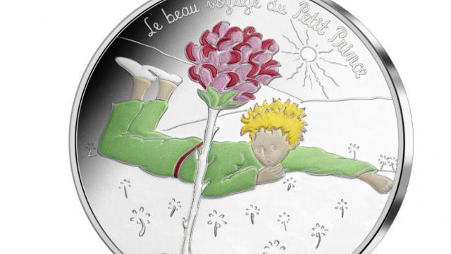 La pièce de cinquante euros, en argent coloré, est gravée d'une image emblématique tirée de l'oeuvre d'Antoine de Saint-Exupéry.