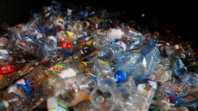 A l'origine de ces microplastiques, des bouteilles d'eau notamment (illustration).