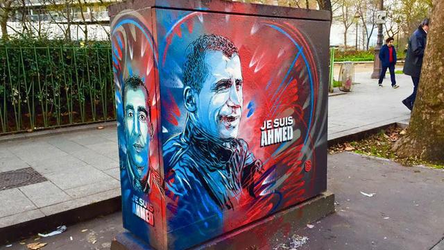 """""""C'est une démarche citoyenne"""", a raconté le graffeur à propos de son pochoir."""