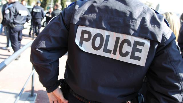 Un policier.
