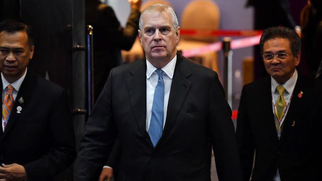 Le prince Andrew, second fils de la reine Elizabeth II, a annoncé mercredi cesser ses fonctions publiques.