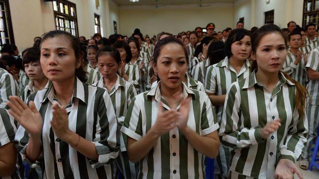 Les défenseurs des droits de l homme alertent sur l augmentation des arrestations des opposants politiques. Ici, des prisonnières dans la banlieue de Hanoi attendent la grâce présidentielle.