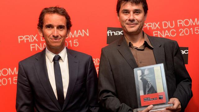 Le lauréat Laurent Binet, accompagné du President de la Fnac Alexandre Bompard (g.)