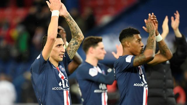 Le milieu de terrain argentin Angel Di Maria du PSG et ses coéquipiers applaudissent les supporters à la fin du match entre le PSG et Lille, le 22 novembre 2019 au Parc des Princes à Paris.