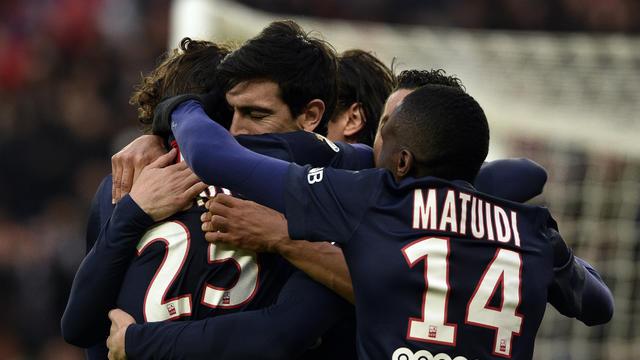 Les Parisiens possèdent trois points d'avance sur Lyon en tête du championnat à trois journées de la fin de la saison.