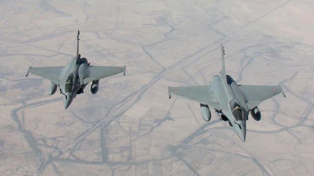 Deux avions de combat Rafale de l'armée de l'Air.