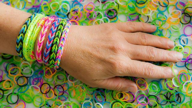 Les fameux bracelets multicolores ont faire fureur.