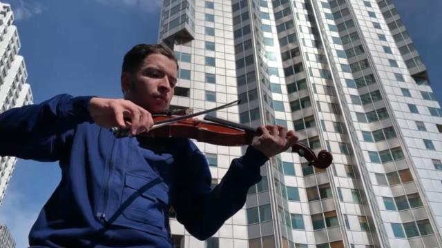 Le jeune Amine a fait à nouveau mouche avec sa reprise, au violon, du titre «Au DD» de PNL.
