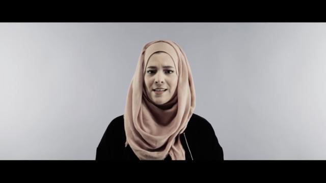 La Belge Sara Lou a repris cette chanson devenue culte, sur la chaîne YouTube Molem Sisters, en modifiant les paroles pour dénoncer l'islamophobie et revendiquer sa liberté de porter le voile.