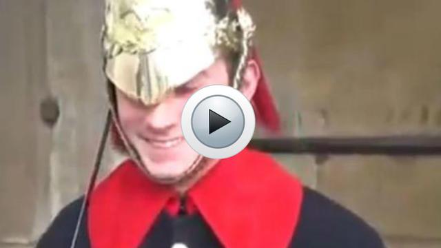 Un garde royal britannique qui rit.