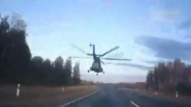 Un hélicoptère survole une route russe en rase-mottes