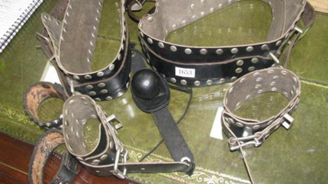 Colliers et baillons figurent au catalogue de cette vente très spéciale