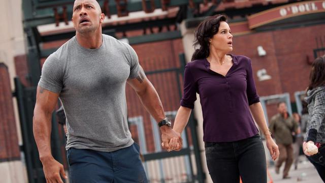"Dwayne ""The Rock"" Johnson et Carla Gugino dans le film ""San Andreas""."