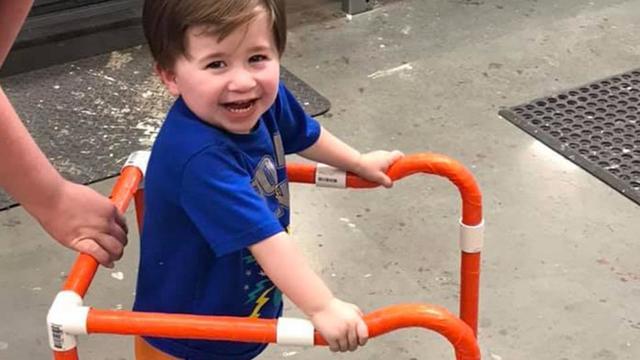 Logan, 2 ans, a reçu un trotteur de la part des employés d'un magasin de bricolage, qu'ils ont construit eux-mêmes.