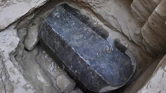 Un mystérieux sarcophage noir découvert en Egypte intrigue les archéologues Sarcophage-noir