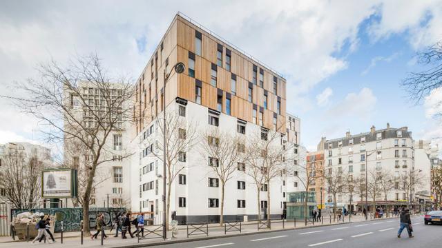 La surélévation a notamment été employée pour un foyer de migrants de la rue de Tolbiac, à Paris.