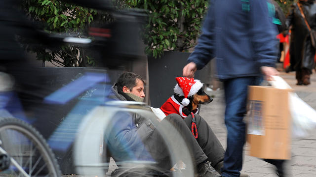 Alors qu'il faisait la manche dans une rue de Tours (Indre-et-Loire), dimanche, un homme a eu la surprise de recevoir un carton plein de cadeaux de la part d'un petit garçon de 6 ans. (photo d'illustration)