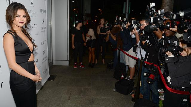 Beverly Hills, le 7 novembre 2013. Selena Gomez pose pour les photographes lors d'une soirée organisée par le magazine Flaunt pour son numéro de novembre.