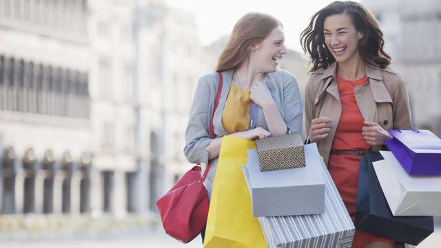 Deux Français sur trois (66 %) considèrent les femmes très dépensières en shopping.