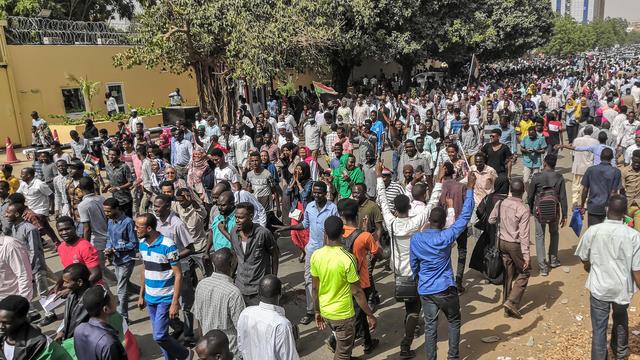 Les habitants descendus dans la rue se prennent dans les bras, brandissent des drapeaux soudanais et échangent des friandises.