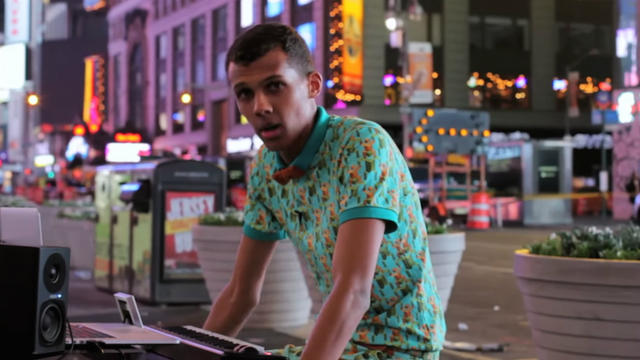 Stromae chante son tube Papaoutai à Time Square
