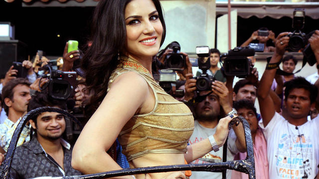 La star Sunny Leone pose pour la promotion du film Ragini MMS 2, à Bombay, le 26 mars 2014.