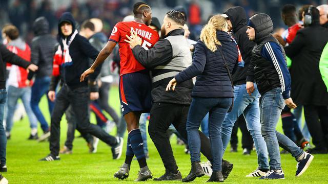 Des supporters de Lille ont envahi la pelouse du stade Pierre-Mauroy, samedi dernier, pour s'en prendre à leurs joueurs.