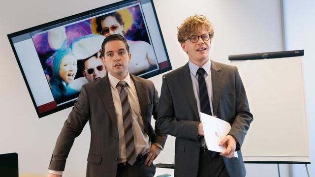 """Bruno Sanches et Alex Lutz dans le film """"Le talent de mes amis""""."""
