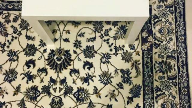 Un tapis à fleurs, un bout de table basse et... une coque de téléphone portable.