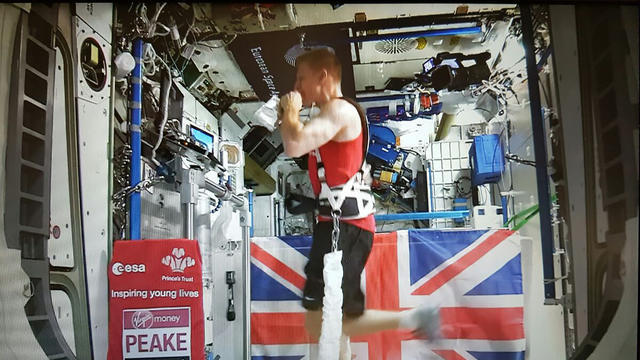 L'astronaute a couru le marathon de Londres harnaché à un tapis roulant, le 24 avril 2016.